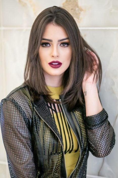 Modelo de cabello oscuro con corte bob largo recto