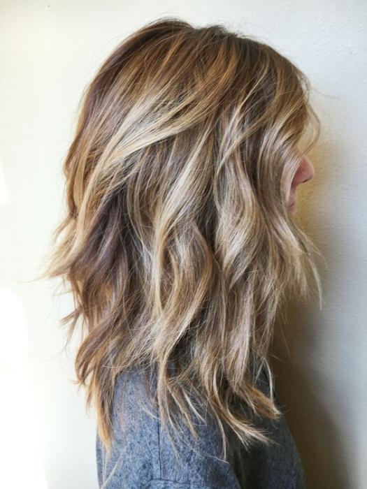 Chica de cabello rubio con corte bob largo en capas