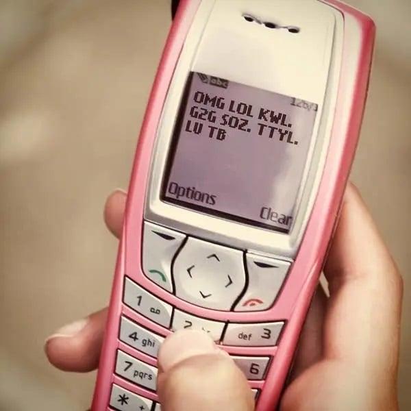 chica escribiendo un mensaje de texto con teclado T9