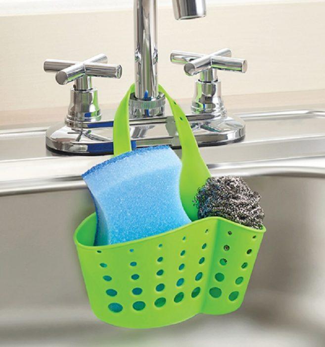 Escurridor de esponjas de color verde