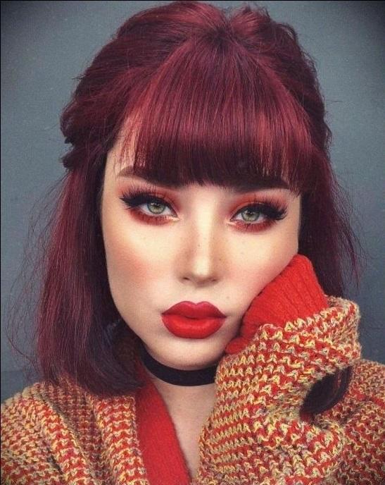 Chica tomando una selfie y mostrando su cabello cherry wine