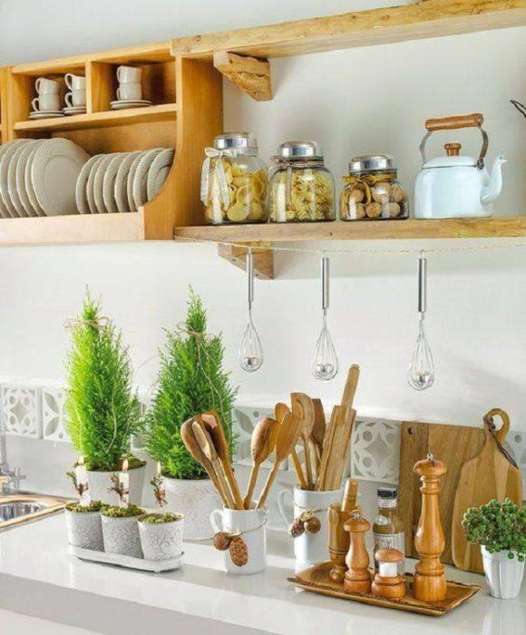 Cocina con artículos de madera y adornos florales