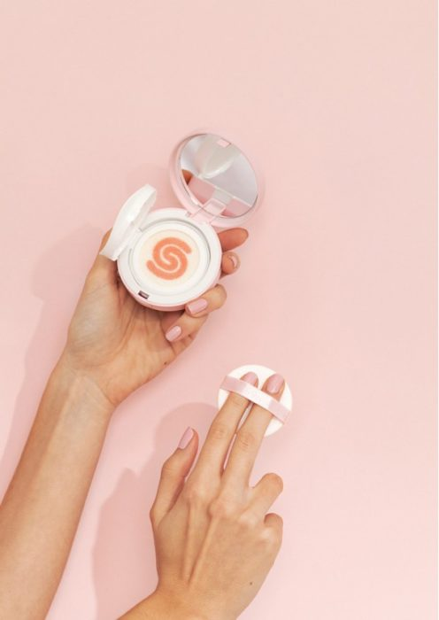 Base de maquillaje en presentación de cojín