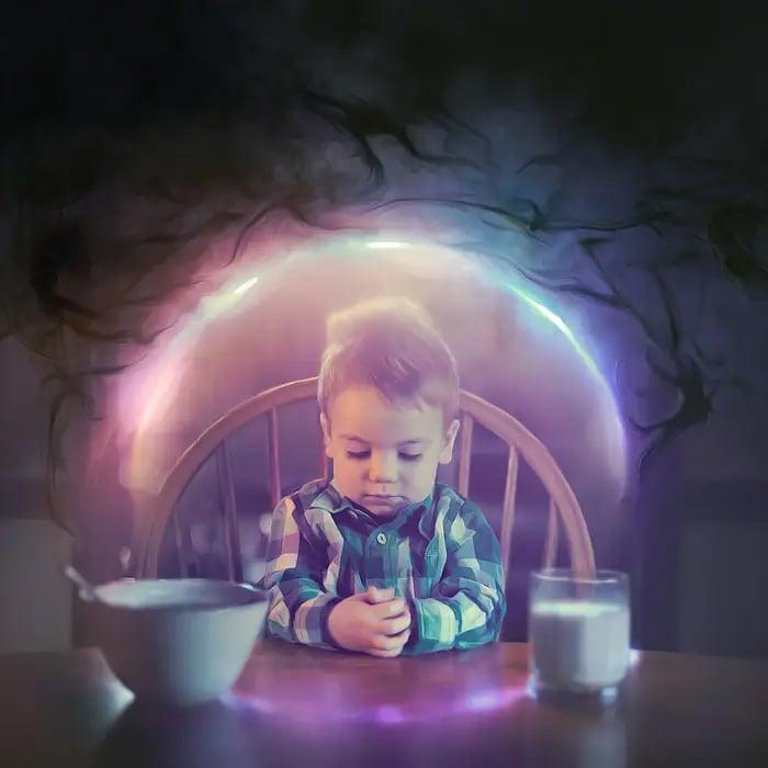 Ilustración digital de Kevin Carden, niño sentado en una mesa pensando