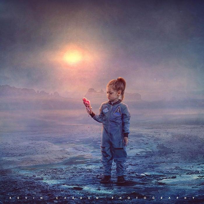 Ilustración digital de Kevin Carden, niña comiendo un helado en Marte