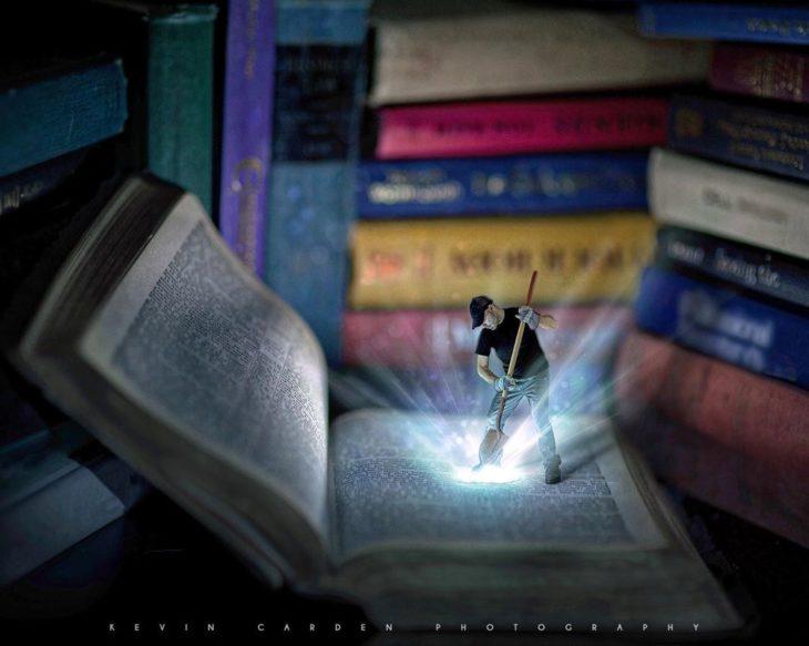 Ilustración digital de Kevin Carden, hombre abriendo un libro enorme