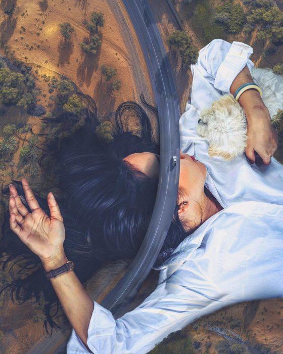 Ilustración digital de Kevin Carde, mujer recostada bajo una carretera