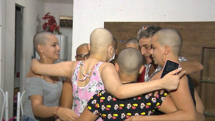 Amigas cortan su cabello para apoyar a su mejor amiga, mujeres abrazadas