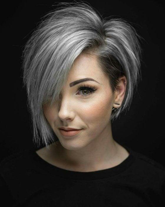 Chica con el cabello pixie asimetrico y pintado de color platinado