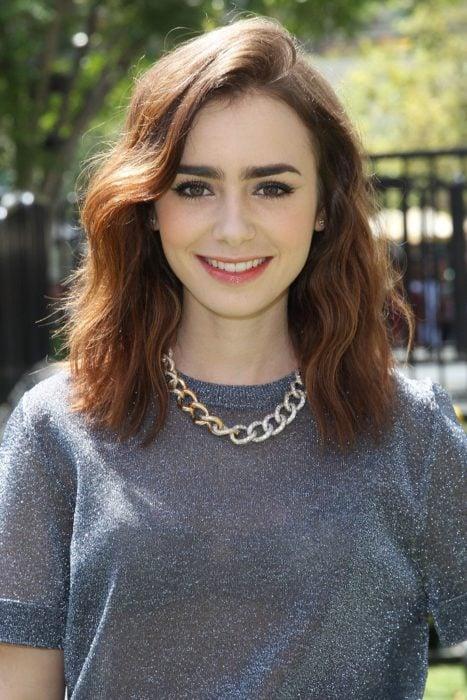 Lilly Collins con el cabello ondulado hasta los hombros