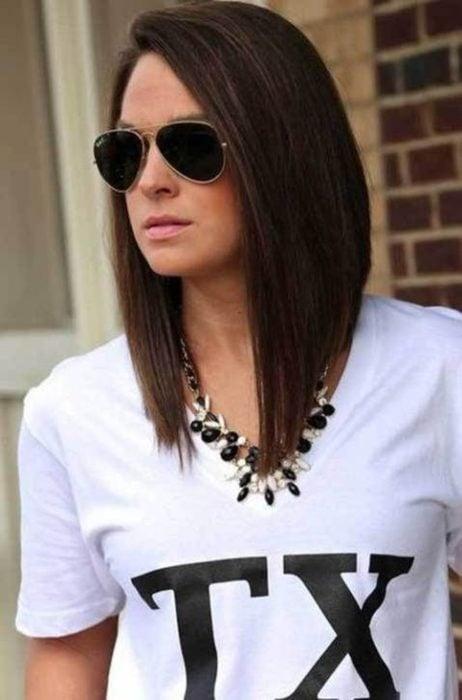 Chica con el cabello asimétrico en estilo bob
