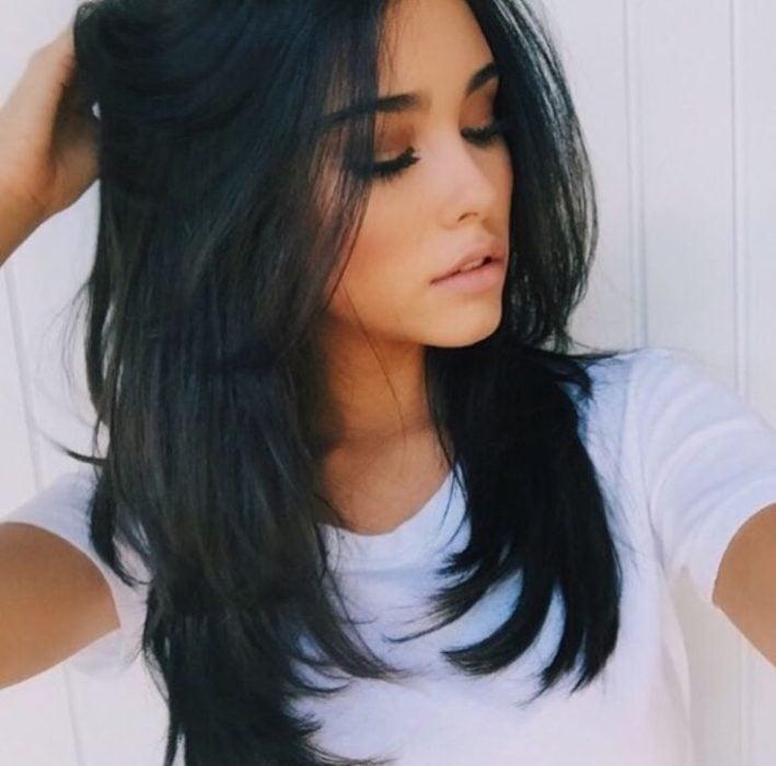 Chica con el cabello largo y degrafilado