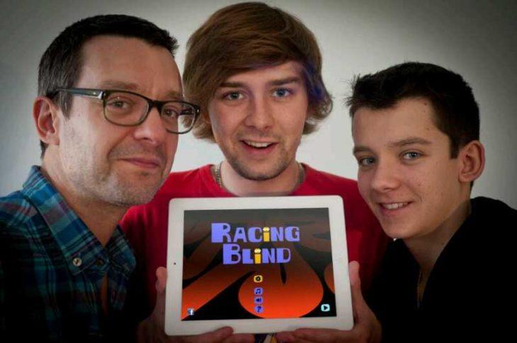 Asa Butterfield junto a su padre y hermano presentando su videojuego Racing Blind
