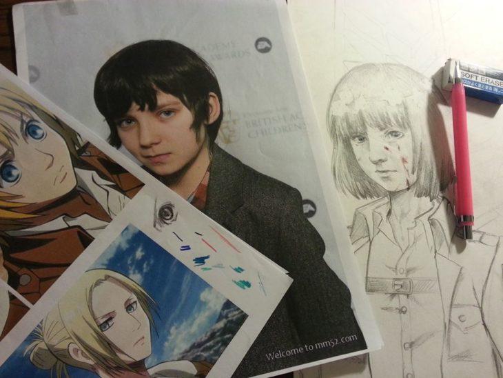 Asa Maxwell Thornton Farr Butterfield junto a unos dibujos del anime El ataque de los titanes