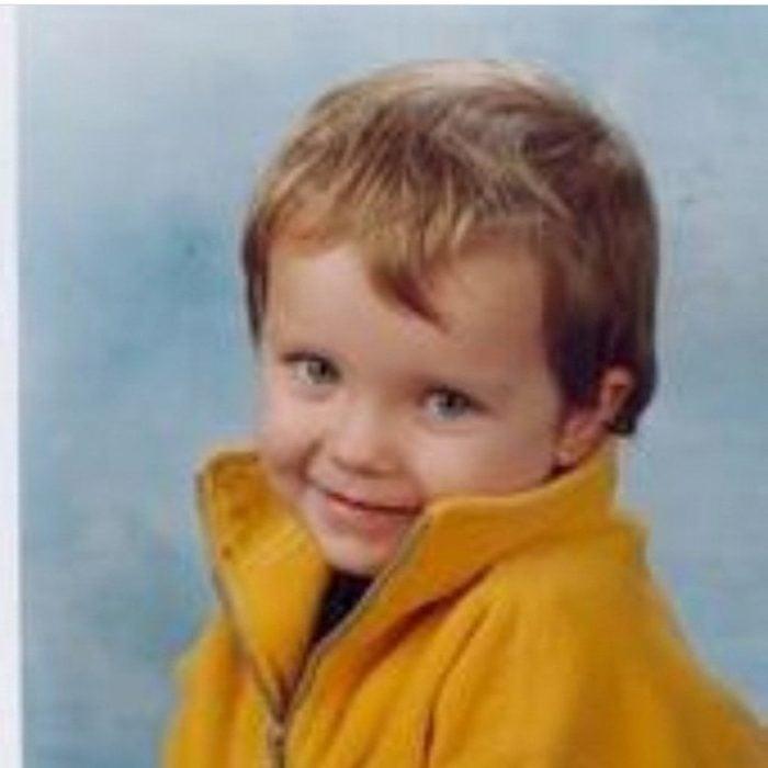 Asa Maxwell Thornton Farr Butterfield de bebé con una chaqueta amarilla