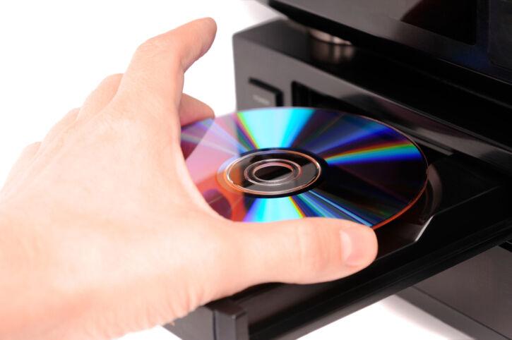 Chica colocando un cd para ser grabado