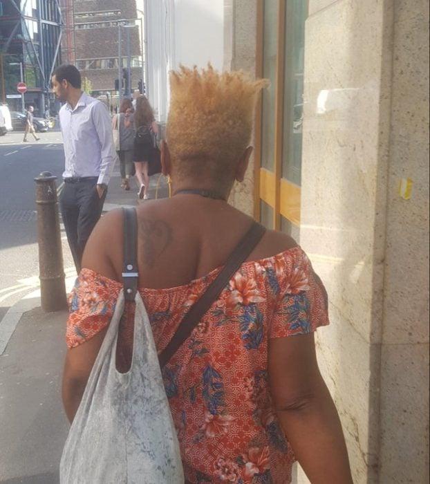 Mujer de tez morena con corte de cabello que parece una corona