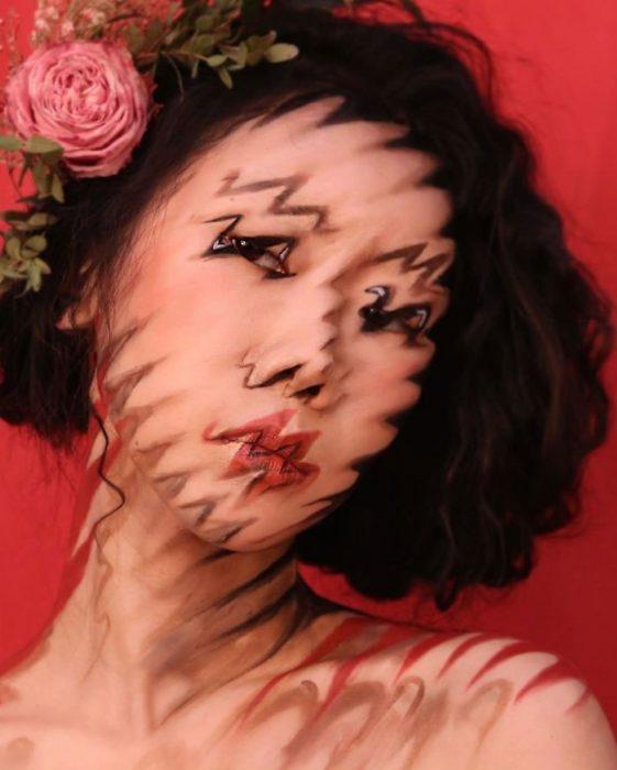 Dain Yoon, artista maquillaje, pintura con efecto de ruido de su rostro