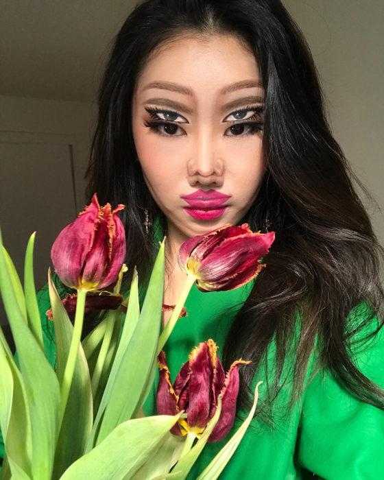 Dain Yoon, artista maquillaje, pintura cn tulipanes efecto vista doble
