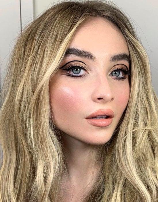 Maquillaje tendencia para el 2020;; delineado gráfico o flotante