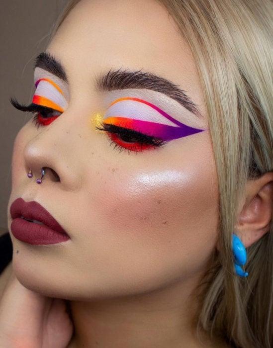 Maquillaje tendencia para el 2020;; delineado gráfico o flotante de colores rosa, amarillo y morado
