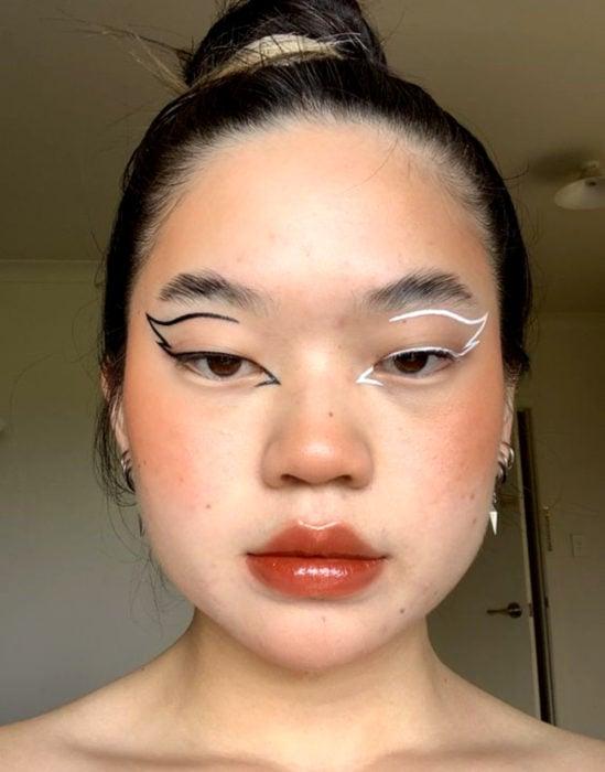Maquillaje tendencia para el 2020;; delineado gráfico o flotante de diferentes colores, negro y blanco en forma de alas