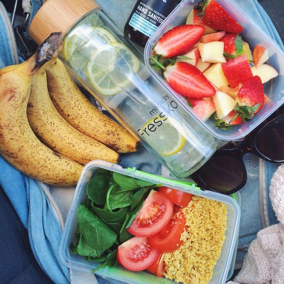 Desayuno de albaca, tomate, arroz, fresas, piña, infusión de limón