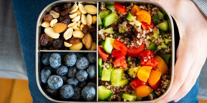 Desayuno con quinoa, pepino, tomate, moras, frutos secos