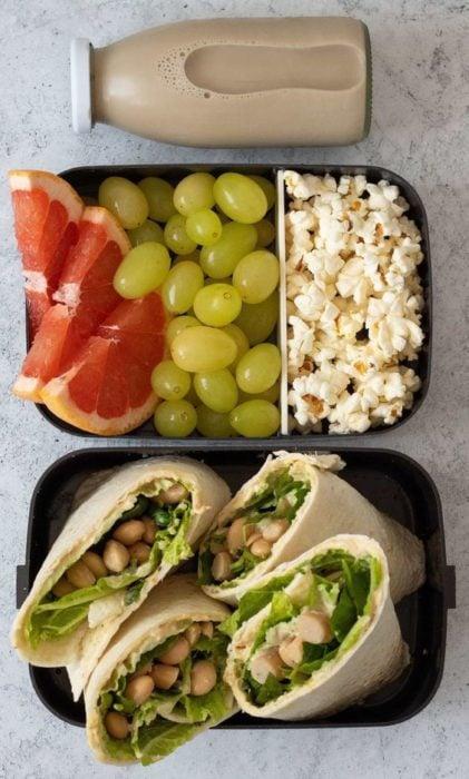 Lunch de burritos con alubias, palomitas, uvas verdes y toronja