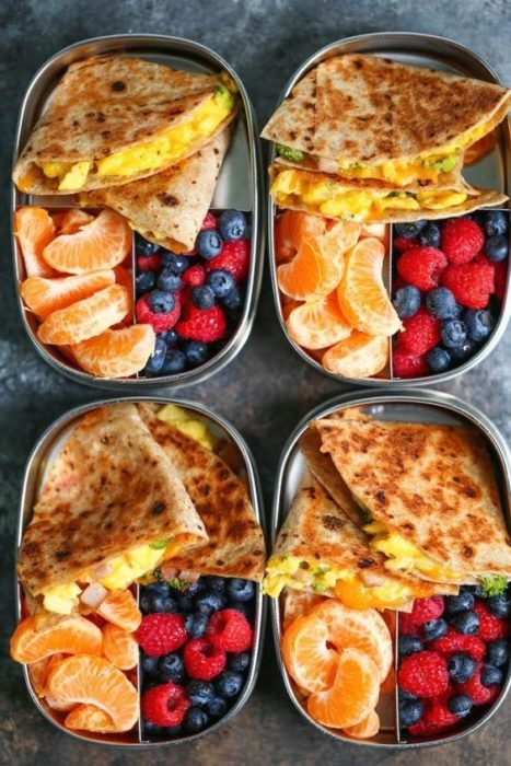 Lunch con sincronizadas de papa, queso y aguacate, mandarina, moras y frambuesas
