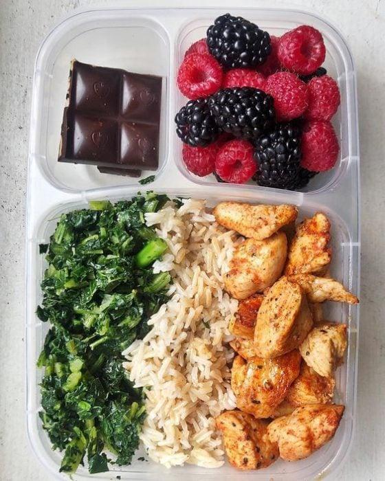 Desayuno con pollo, arroz, acelgas, fresas, frambuesas y chocolate amargo