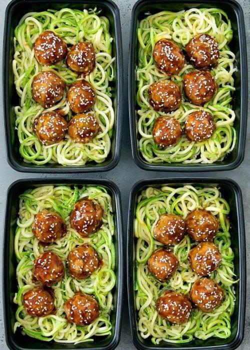 Comida con espagueti verde, albóndigas y ajonjolí