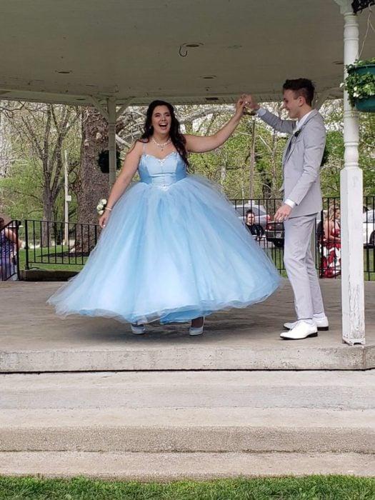 Adriana Rust y Parker Smith Bailando bajo el domo de un kiosko en el baile de graduación