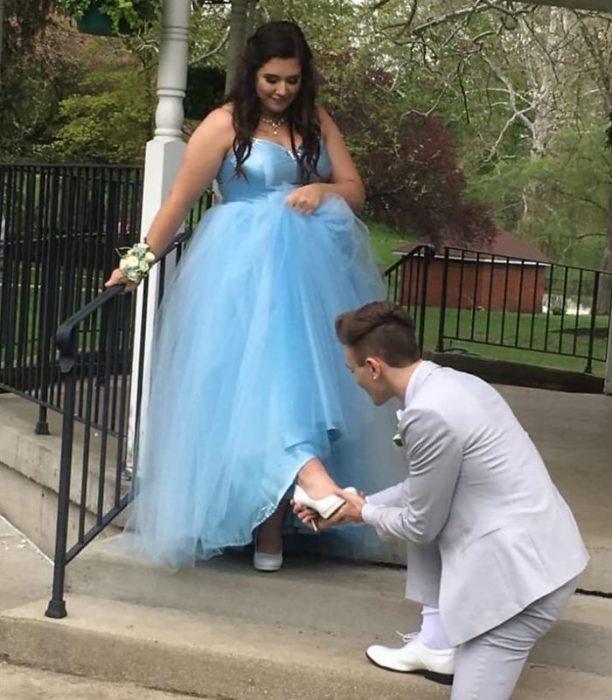 Adriana Rust y Parker Smith usando una zapatilla de cristal estilo Cenicienta