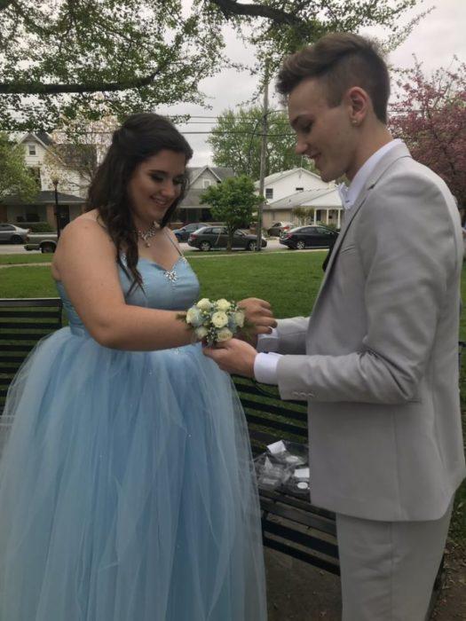 Adriana Rust y Parker Smith colocando el ramillete para el baile de graduación
