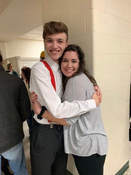 Adriana Rust y Parker Smith abrazados en la escuela