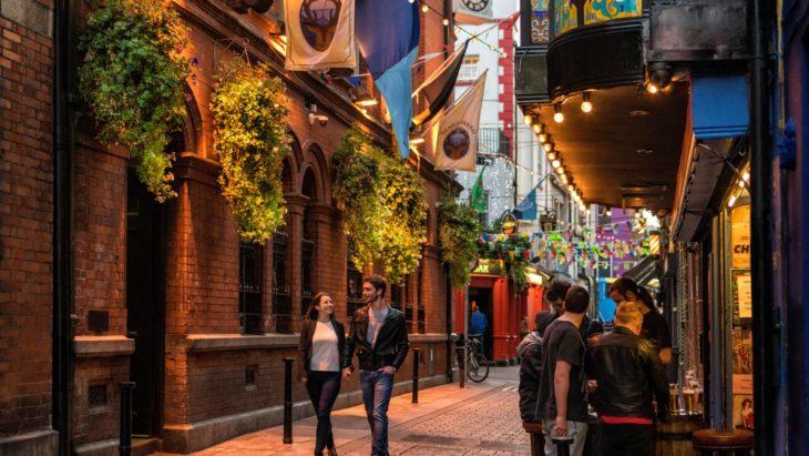 Pareja de novios caminando tomados de la mano por las calles de Dublín