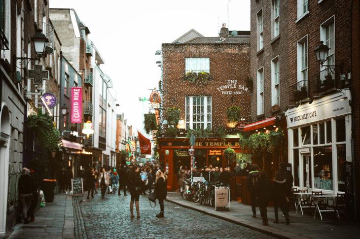 Turistas visitando las calles de Dublín