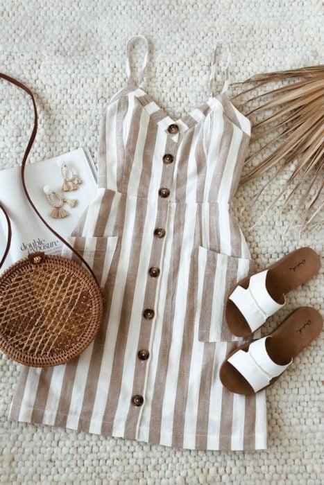 Vestido con estampado rayado en tonos arena y beige, y accesorios