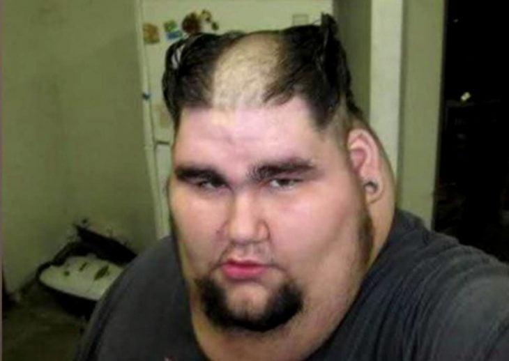 Hombre con corte de cabello tipo Wolverine