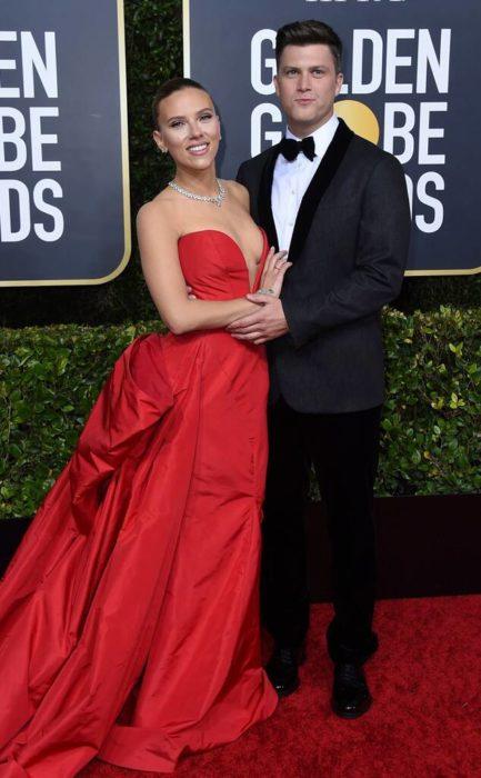 Scarlett Johansson y Colin Jostabrazados en los Globos de Oro 2020
