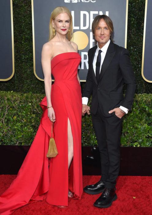 Nicole Kidman y Keith Urban tomados de las manos durante la alfombra roja de los premios Globos de Oro 2020