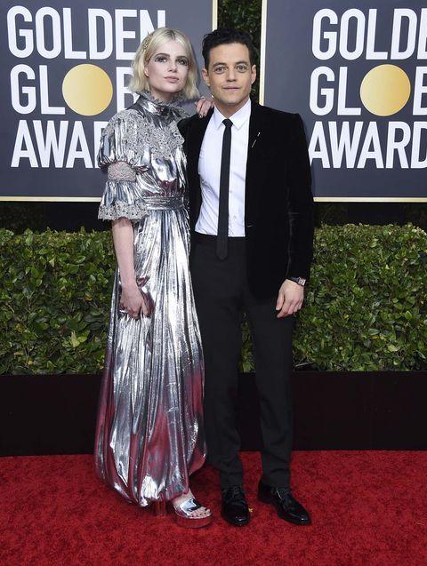 Lucy Boynton y Rami Malekabrazados durante los Globos de Oro 2020