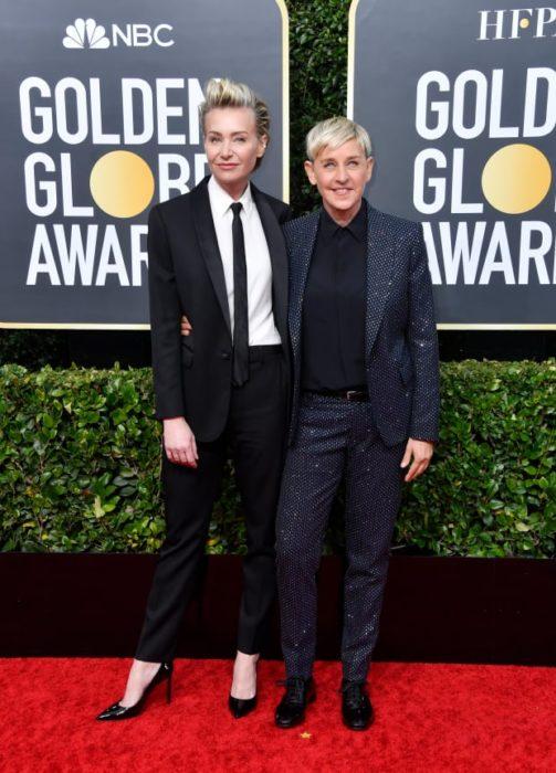 Ellen DeGeneres y Portia de Rossiabrazadas en la alfombra roja de los Globos de Oro 2020