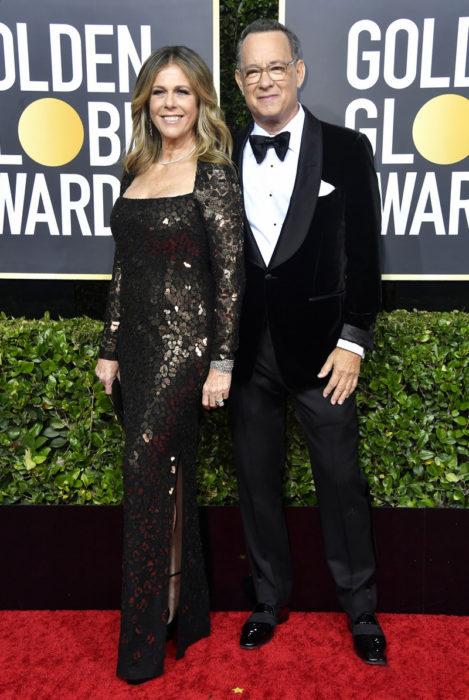 Tom Hanks y Rita Wilson abrazados en los Globos de Oro 20202
