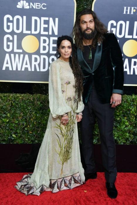 Jason Momoa y Lisa Bonettomados de las manos en la alfombra roja de los Globos de Oro 2020