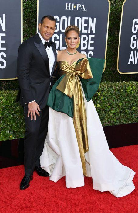 Alex Rodriguez y Jennifer Lopez abrazados durante los globos de oro 2020