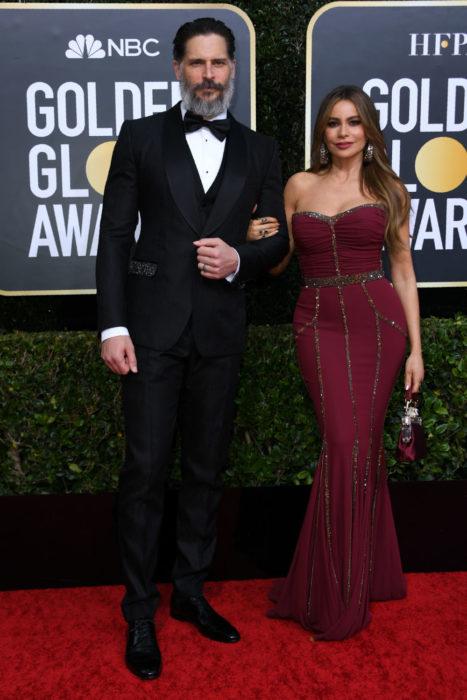 Sofia Vergara y Joe Manganiellotomados de las manos durante los Globos de oro 2020