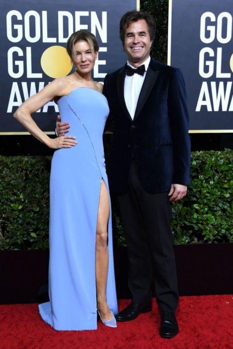Renee Zellweger y Doyle Bramhall II abrazados en la alfombra roja de los globos de oro 2020