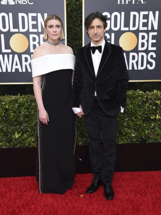 Greta Gerwig y Noah Baumbachtomados de las manos durante los Globos de Oro 2020